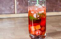 Летний напиток из клубники и ревеня