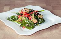 Летний салат с авокадо и клубникой