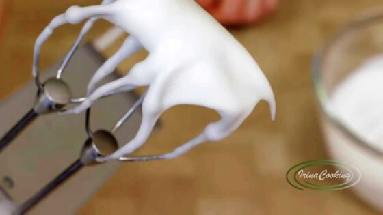 Взбейте белки для шоколадного суфле