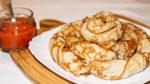 Тонкие блинчики со шпинатом и сырным соусом