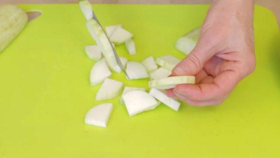 Нарежьте баклажаны