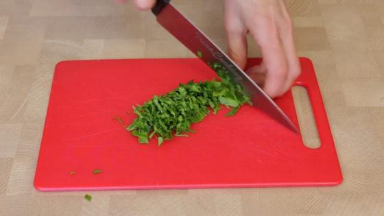 Измельчите зелень с чесноком