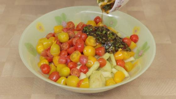 Смешайте все ингредиенты для салата