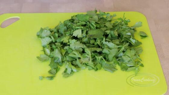 Мелко нарежьте зелень в салат