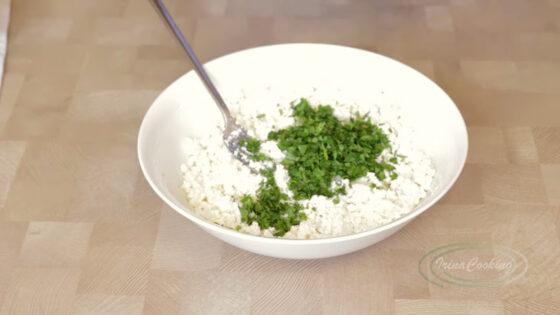 Добавьте в кабачковые сырники зелень и чеснок