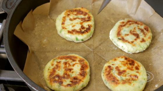Обжарьте сырники с кабачками
