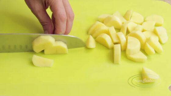 Нарежьте картофель пластинами